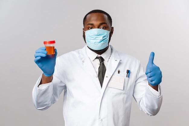 Covid19, концепция пандемии и здравоохранения. афро-американский врач в лицевой маске и латексных перчатках обеспечивает пациенту тест на коронавирус