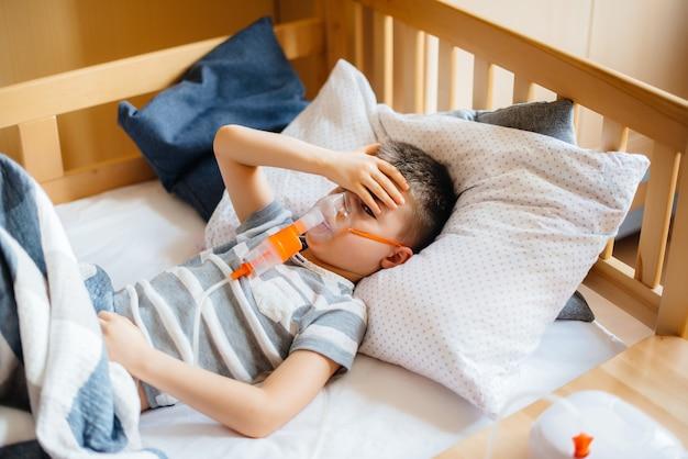 少年は、肺疾患の間に吸入を受けます。 covid19、コロナウイルス、パンデミック。