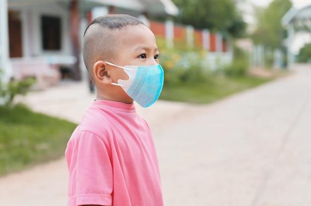 ウイルスコロナcovid19を保護するためのマスクを身に着けている子供。ヘルスケアの概念