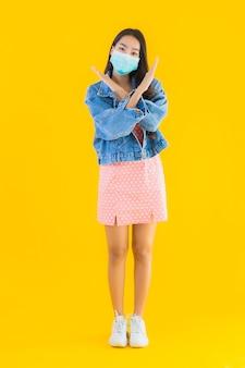 Портрет красивая молодая азиатская женщина носить маску для защиты коронавируса или covid19