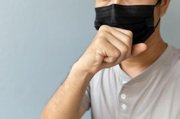 コロナウイルスを保護するためのマスクを着用した男性のクローズアップ(covit-19)