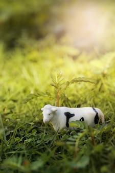 Корова на зеленом поле.