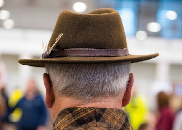 Ковбойская мода. портрет пожилого человека в ковбойской шляпе сзади.