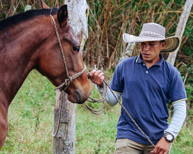 Ковбой связывает лошадь лассо
