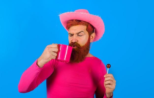 Ковбой с чашкой портрет ковбоя леденец на палочке ковбой пьет американский бандит американский запад западный