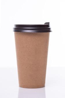 白で隔離される縮れた紙茶色のコーヒーカップ