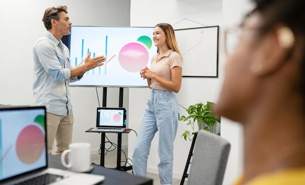 Коллеги объясняют статистику в офисе
