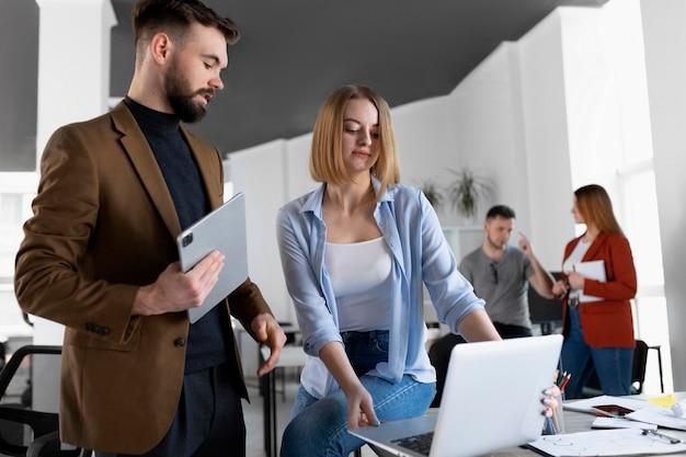 Коллеги проводят рабочую встречу в офисе