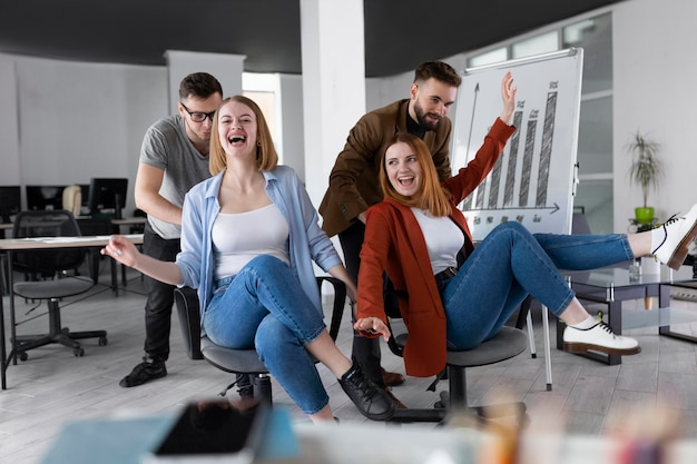 Коллеги веселятся в офисе