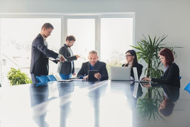 Сотрудники в зале заседаний в офисе