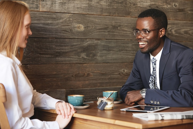 I colleghi seduti al caffè si sono vestiti in modo formale