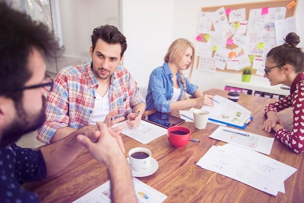 Collaboratori che lavorano in team. concetto di brainstorming