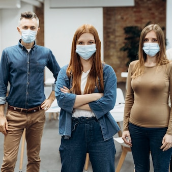 職場でフェイスマスクを着用している同僚