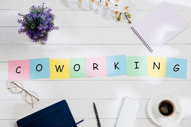 책상에 다채로운 참고 서류에서 coworking 메시지