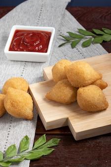 鶏肉のコシーニャ、ブラジルのおやつ。セレクティブフォーカス。