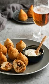 Coxinha-반죽으로 덮은 다진 닭고기 또는 잘게 썬 닭고기로 구성된 브라질에서 인기있는 음식