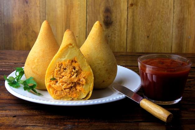 Coxinha в блюде, закуски традиционной бразильской кухни, фаршированные курицей