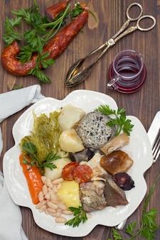 Традиционное португальское блюдо cozido a portuguesa