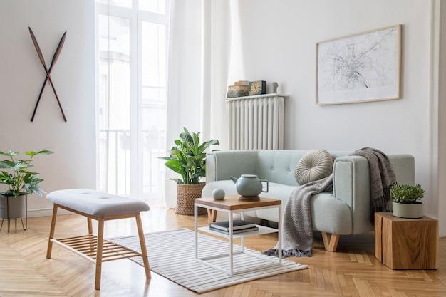 フレーム、緑のソファ、木製家具、植物、アクセサリーを備えたスタイリッシュなリビング ルームのインテリア デザインの居心地の良い創造的な構成。白い壁、寄せ木張りの床。