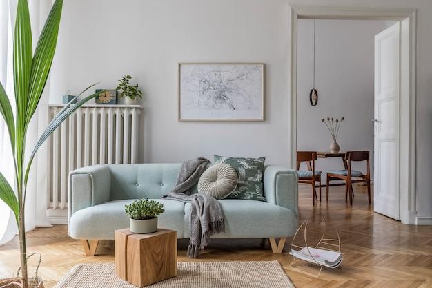 Уютная и креативная композиция стильного дизайна интерьера гостиной с макетом рамки плаката, зеленым диваном, деревянной мебелью, растениями и аксессуарами. белые стены, паркетный пол. шаблон.