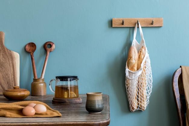 Уютная и стильная композиция креативной столовой с копией пространства, деревянной консолью, подсолнухами и личными аксессуарами. зеленая стена. красивое и солнечное утро.