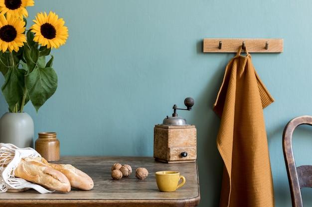 Уютная и стильная композиция креативной столовой с копией пространства, деревянной консолью, подсолнухами и личными аксессуарами.