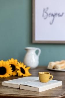 Уютная и стильная композиция креативной столовой с каркасом, деревянной консолью, подсолнухами и личными аксессуарами.