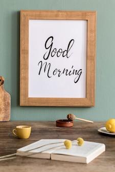 Уютная и стильная композиция креативной столовой с каркасом из потера, деревянной консолью, подсолнухами и личными аксессуарами. зеленая стена. красивое и солнечное утро.