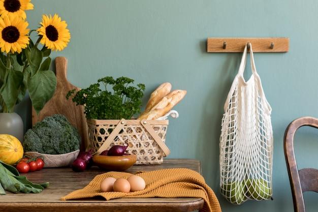 Уютная и стильная композиция креативной столовой с деревянной консолью, подсолнухами и личными аксессуарами.