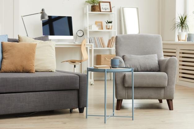 Уютный интерьер квартиры в современном доме с акцентом на серую мебель для гостиной