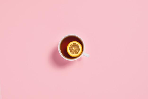居心地の良い秋の組成物。レモンのスライスとティーカップ。