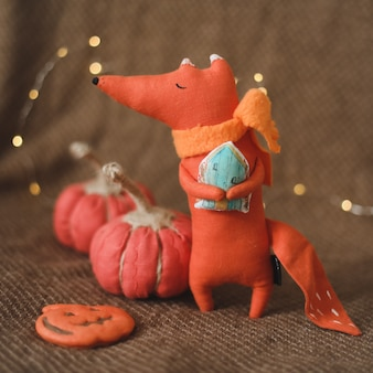 Уютная осенняя композиция с забавной игрушкой ручной работы лиса осень украшение для дома