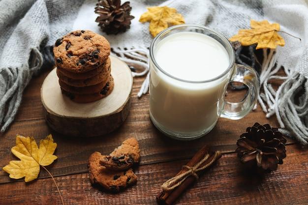 ミルクチョコレートチップクッキーのカエデの葉と暖かい毛布のクローズアップと居心地の良い秋の構成