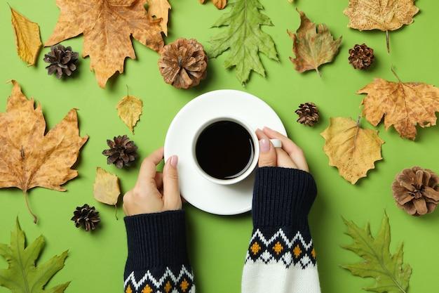 커피 음료와 함께 아늑한 가을 개념 배경