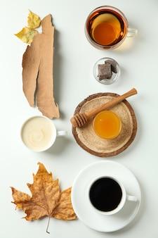 お茶とコーヒーと居心地の良い秋のコンセプトの背景