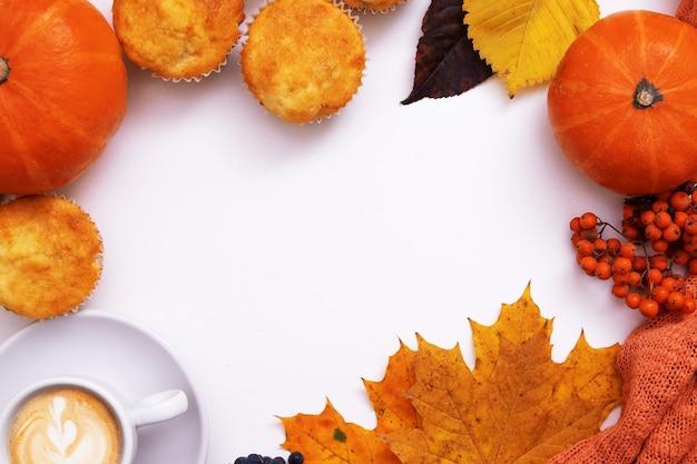 コーヒーパンキンセーターとコピースペースで居心地の良い秋のフラットレイ