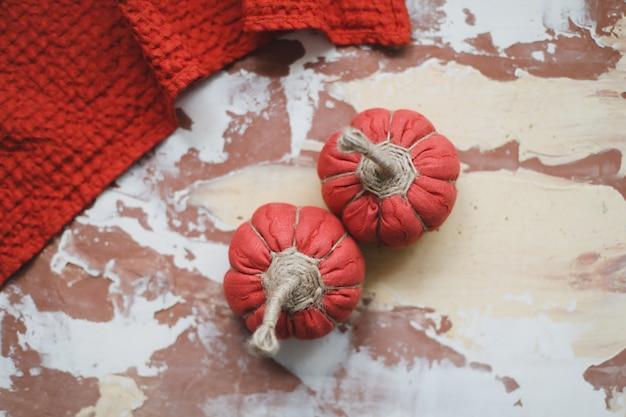 生地のカボチャの感謝祭とハロウィーンのコンセプトで居心地の良い秋の家の装飾