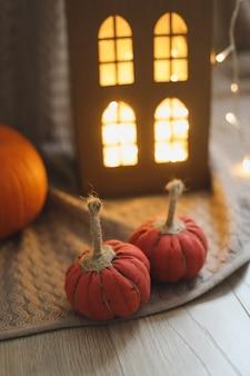 Уютный осенний домашний декор с тканевыми тыквами концепция дня благодарения и хэллоуина
