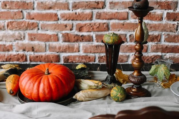 ヴィンテージスタイルの居心地の良い秋の家のインテリア