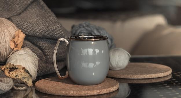 Уютный осенний натюрморт фон с красивой чашкой.