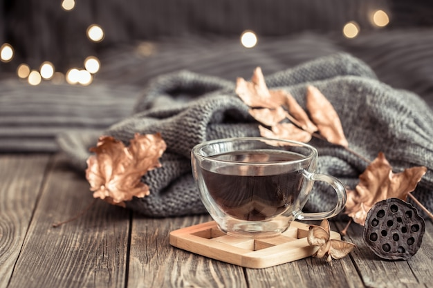 一杯のお茶で居心地の良い秋の静物。