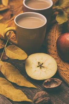 Уютный осенний чай - чай с молоком, яблоками, орехами и теплый свитер