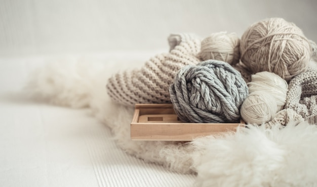 編み物のための糸で居心地の良い背景の壁紙。