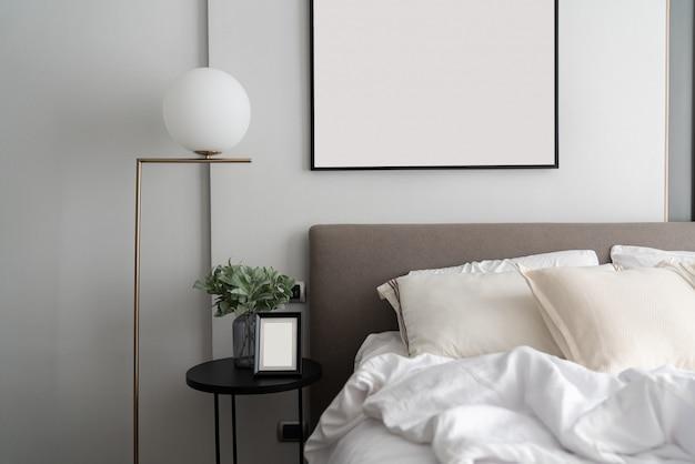 モダンな茶色の布製ベッドのヘッドボードと快適な枕を備えた居心地の良いベッドルームコーナー