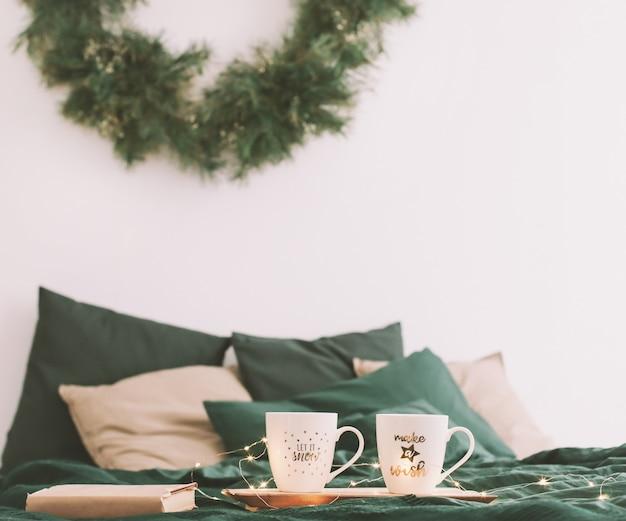 Уютная спальня с кофейными кружками в постели