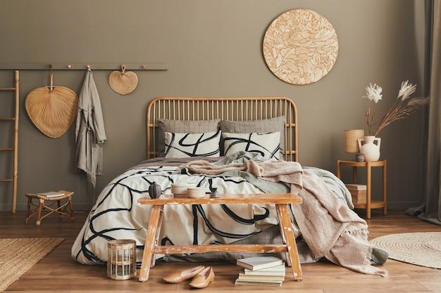침대 및 개인 액세서리 템플릿이있는 세련된 침실의 아늑한 boho 인테리어