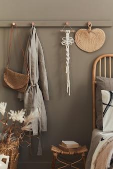 Уютный бохо интерьер стильной спальни с нейтральным шаблоном макраме