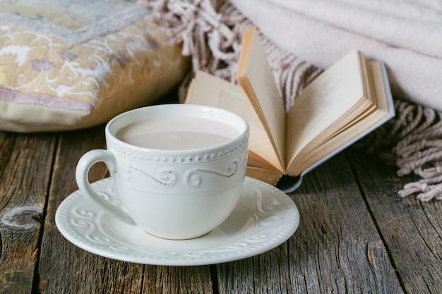 Уютный завтрак с теплым жгутом и горячим чаем с молоком
