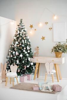 Уютная светлая детская комната с елкой, стулом и игрушками в светлых тонах.