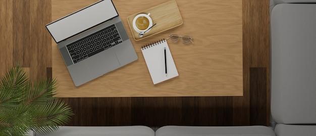 Уютное кафе рабочее место с ноутбуком пустой экран чашки кофе и копией пространства на деревянном столе